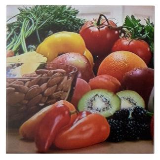 Det keramiska grönsaknöt och frukt belägger med kakelplatta