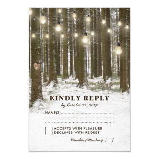 Det lantliga vinterskogsmarkträd tänder bröllop 8,9 x 12,7 cm inbjudningskort