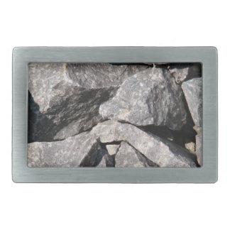 Det lösa grova granitstenbältet spänner fast