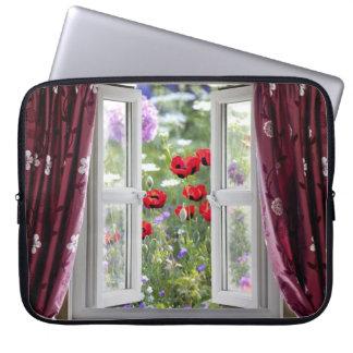 Det öppna fönstret beskådar på vildblomsterträdgår laptop fodral