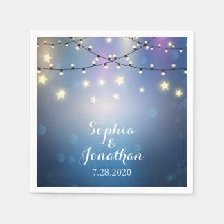 Det romantiska utomhus- bröllopglimt stränger ljus servetter