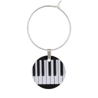 Det svartvita pianot stämm vinberlock berlock vinglas
