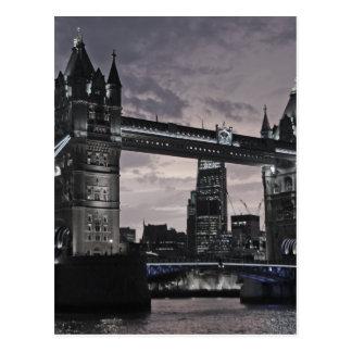 Det svartvita torn överbryggar den London floden Vykort