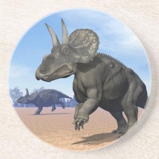Diceratops-/nedoceratopsdinosaurs i öknen underlägg sandsten