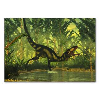Dilong dinosaur i en skog bordsnummer
