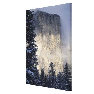 Dimma som packar berg in canvastryck