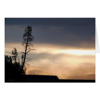 Dimmig bergmorgon hälsningskort