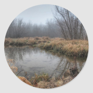Dimmig morgon på en Marsh Runt Klistermärke