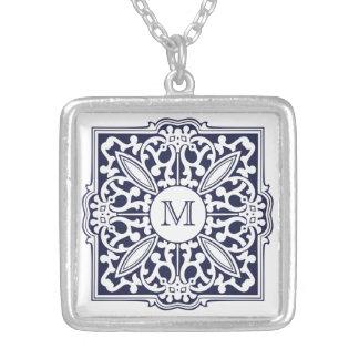 DIN MONOGRAM i dekorativt Silverpläterat Halsband