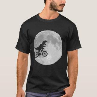Dinosaur på en cykel i himmel med månen tshirts