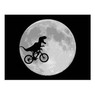 Dinosaur på en cykel i himmel med månen vykort