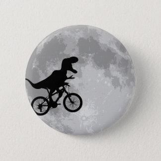 Dinosaur på en cykel i himmel med måneroligt standard knapp rund 5.7 cm