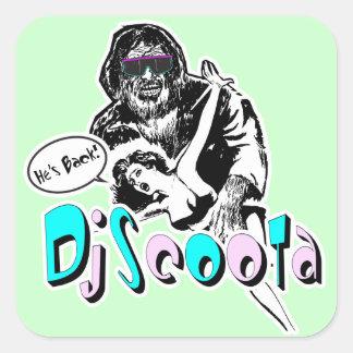 """Dj Scoota """"är han tillbaka! """", Fyrkantigt Klistermärke"""