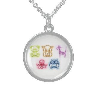 Djura färger halsband med rund hängsmycke