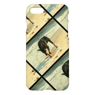 Dobermanen på strandmålningen avbildar iPhone 7 skal