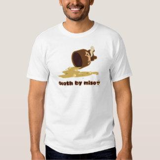 Död vid misoen: Snubblat T-shirts