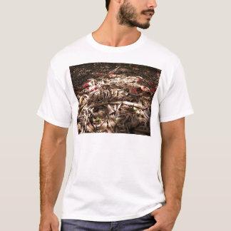 Döda trä och löv på skoggolvet t shirt