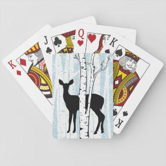 Doe en hjort i björkskogen som leker kort spel kort
