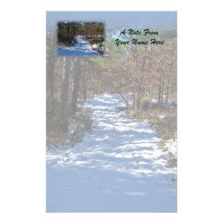 Dold skogsmarkväg för snö brevpapper
