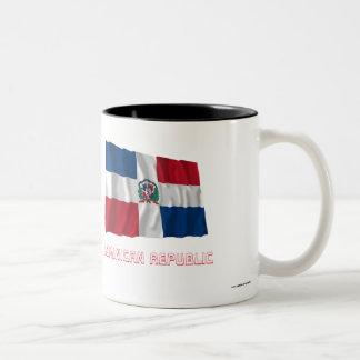 Dominikanska republiken som vinkar flagga med namn Två-Tonad mugg