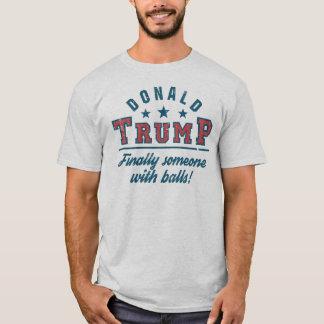 Donald Trump slutligen någon med bollar! T-shirt