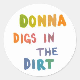Donna pikar i den roliga konsten för smuts runt klistermärke