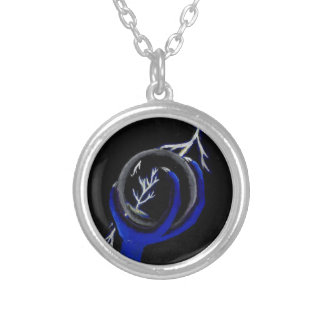 Draken rymmer kristallkulan för att se silverpläterat halsband