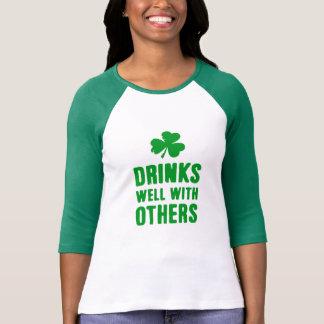 Drinkar väller fram med andra Sts Patrick T Shirt