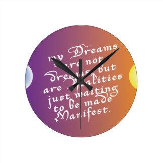 Drömmar till verklighetcitationstecknet tar tid på rund klocka