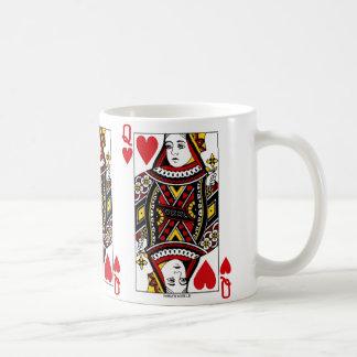 Drottning av hjärtor som leker kortet kaffemugg