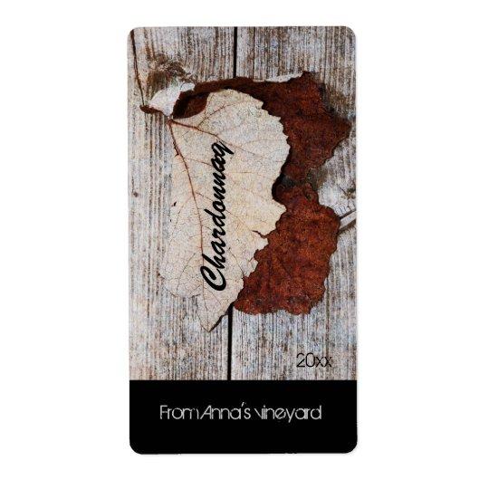 druvalöv på trä stiger ombord vinflaskaetiketten fraktsedel