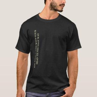 Du ser rolig med din huvudet vippade på t-shirts