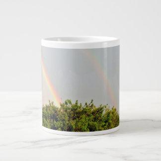 Dubbelt regnbågefoto med himmel och träd jumbo mugg