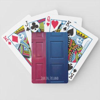 Dublin som leker kort spelkort