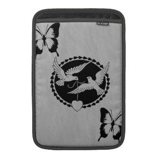 Duvor och fjärilar på borstad metall MacBook air sleeve