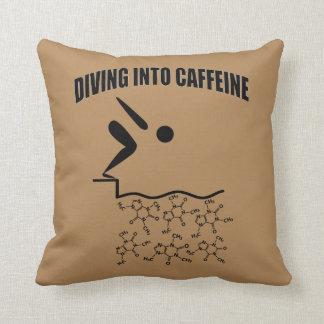 Dyka in i koffeinbruntversion kudde