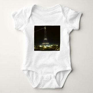 Eiffel torn som är upplyst på Paris utläggning T Shirt