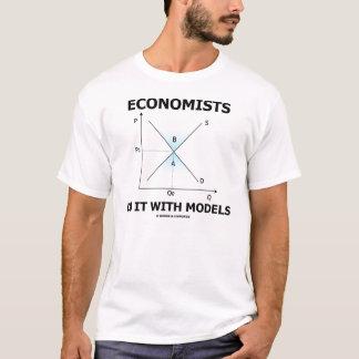 Ekonomer gör det med modellerar tee shirt