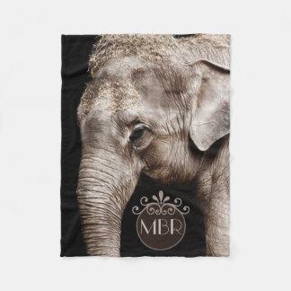 Elefantfotoet avbildar monogramen fleecefilt