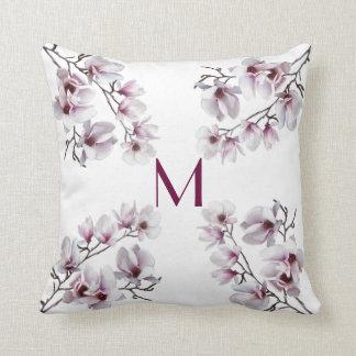 Elegant chic rosa monogram för magnoliavårblommigt kudde
