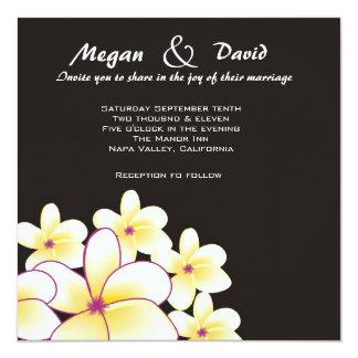 Elegant inbjudan för vitPlumeriabröllop