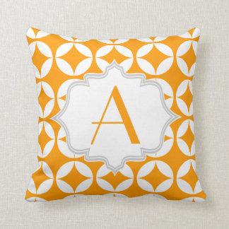 Elegant orange, geometriskt mönster för vit kudde
