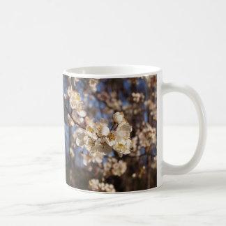 Elegant vitDogwoodskonst Kaffemugg