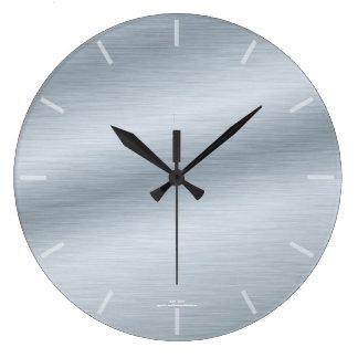 Eleganten borstade silverlooken tar tid på stor klocka