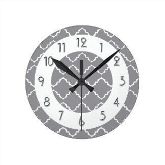 Elegantt Quatrefoil mönster - grå vit Rund Klocka