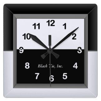 Elegantt svartvitt tar tid på fyrkantig klocka
