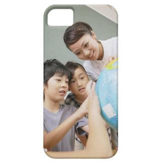 Elementära studenter och lärare som tittar iPhone 5 Case-Mate skydd