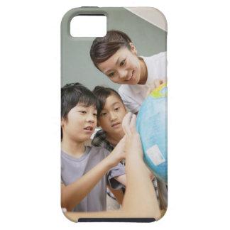 Elementära studenter och lärare som tittar iPhone 5 cover