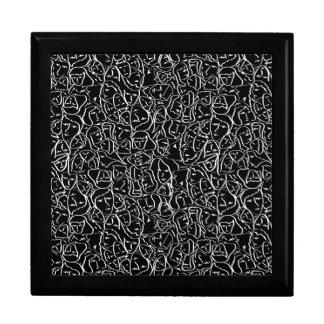Elios skjortaansikten i vit skisserar på svart smyckeskrin