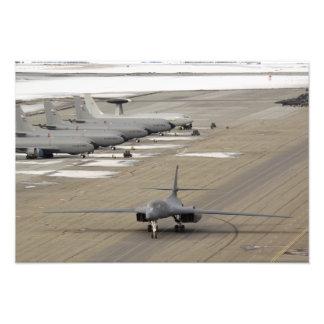 En B--1BLancer ankommer på Eielson flygvapen Fototryck